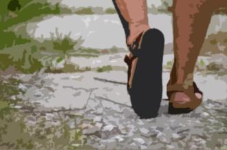 en camino con sandalias